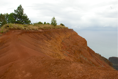 Trail to the Nu'alolo Lookout